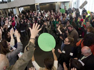 Acción de la PAH en los juzgados de Barcelona el pasado martes. EFE/Alejandro García