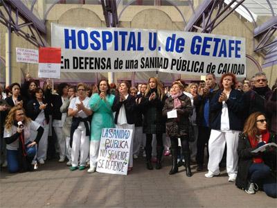 Dos centenares de pacientes, médicos, enfermeros y personal del Hospital Universitario de Getafe durante una concentración contra la privatización del centro. PÚBLICO