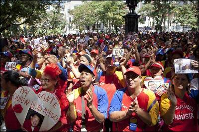 Un grupo de mujeres se reúne hoy, lunes 4 de marzo de 2013, en la Plaza de Bolívar de Caracas (Venezuela), en una misa por la salud del presidente Hugo Chávez.