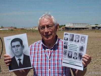 Fausto Canales, con las fotos de los diez desaparecidos en Pajares de Adaja (Ávila) en el verano de 1936. FOTO: FUEN BENAVENTE