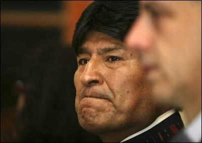 Un Evo Morales emocionado asiste a un homenaje a Chávez en la embajada de Venezuela en La Paz.