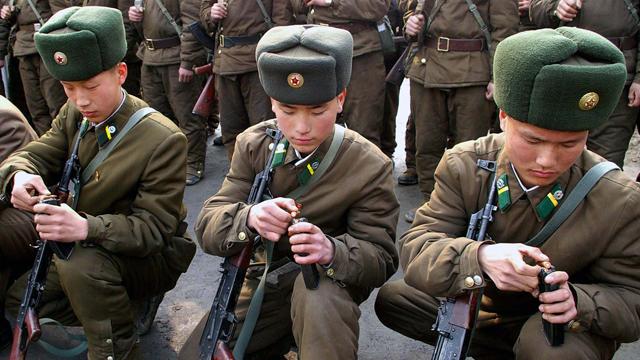 Soldados norcoreanos este jueves en Pyongyang.