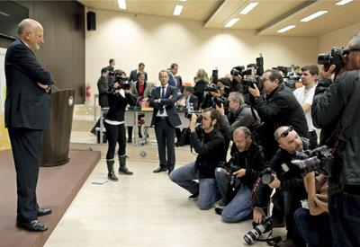 Juan Roig, presidente de Mercadona, posa ante los fotógrafos en la presentación de resultados del grupo de 2012.