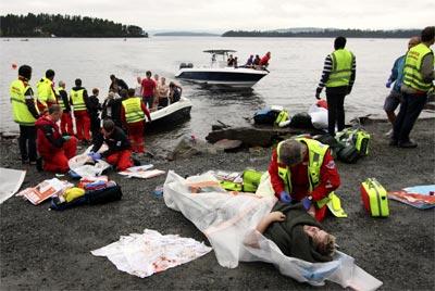 Los servicios de emergencia atienden a las víctimas de la matanza en la isla de Utoya, en julio de 2011.