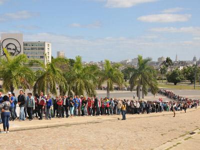 La cola en la Plaza de la Revolución de La Habana es de varias cuadras y se ha mantenido así durante todo el día.