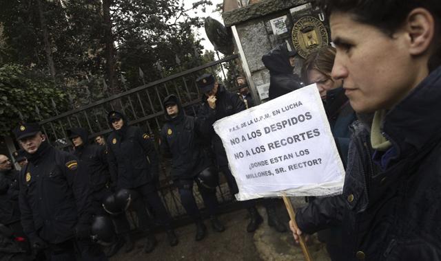 Agentes de la UIP a las puertas del rectorado de la Universidad Politécnica de Madrid.