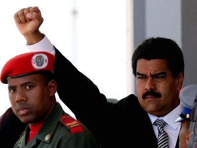 El 'presidente encargado' de Venezuela, Nicolás Maduro, levanta su puño al salir del funeral de Hugo Chávez. EFE