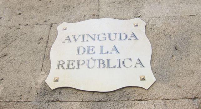 Cartel colgado en la avenida Alemania de Palma de Mallorca, a la altura de los Juzgados.