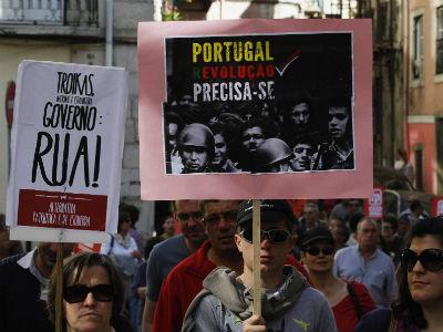 Manifestantes protestan contra los recortes el sábado en Lisboa. -REUTERS