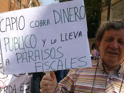 Decenas de personas ante la sede de Capio en Madrid.Público