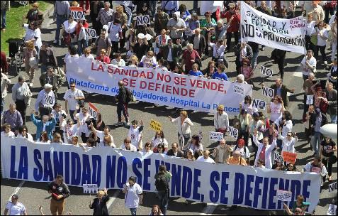 Miles de personas, en su mayoría profesionales de la sanidad pública madrileña, han participado en una nueva Marea Blanca, convocadas por la Mesa en Defensa de la Sanidad Pública de Madrid y la Plataforma Asamblearia de Trabajadores y Usuarios por la Salud (Patusalud)