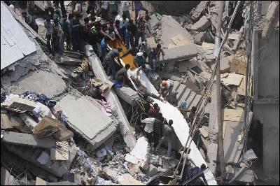 Varias personas intentan rescatar a los atrapados entre los escombros.