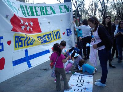 Padres, alumnos y profesores de los colegios Valle Inclán y Verbena de Leganés han acudido a las puertas de la embajada finlandesa para pedir 'asilo educativo'.