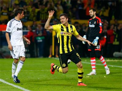 Lewandowski celebra su cuarto gol ante el Real Madrid. REUTERS/Kai Pfaffenbach