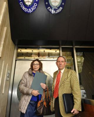 Ana Messuti, abogada, y Pablo Mayoral, víctima del franquismo, entrando al consulado de Argentina en Madrid