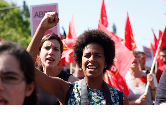 Marcha en Lisboa para conmemorar el 39º aniversario de la Revolución de los Claveles. JAIRO VARGAS