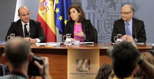 Luis de Guindos, Soraya Sáenz de Santamaría y Cristóbal Montoro, tras el Consejo de Ministros.