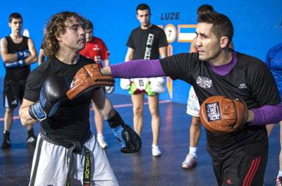 Poli Díaz dando clases de boxeo y defensa personal.