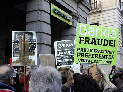 Afectados por las preferentes de Bankia, se manifiestan ante una sucursal de Madrid/Efe