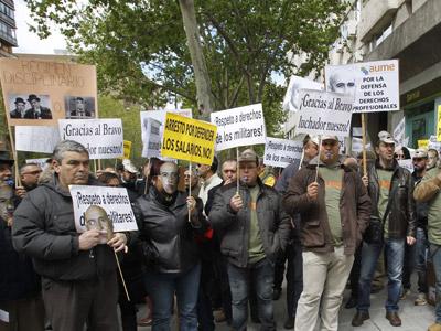 Participantes en la concentración convocada hoy por la AUME ante la sede del Ministerio de Defensa para protestar por el arresto de su presidente Jorge Bravo y por la libertad de expresión.