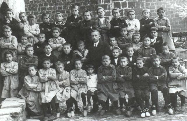 Juan Larreta, director de 'Las escuelas graduadas de Treviana', junto a sus alumnos durante la II República