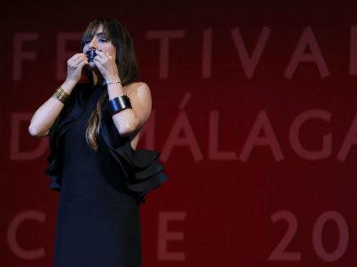 La actriz Candela Peña se tapa la boca tras compartir la Biznaga de plata a la mejor actriz con Aura Garrido. EFE/Jorge Zapata.
