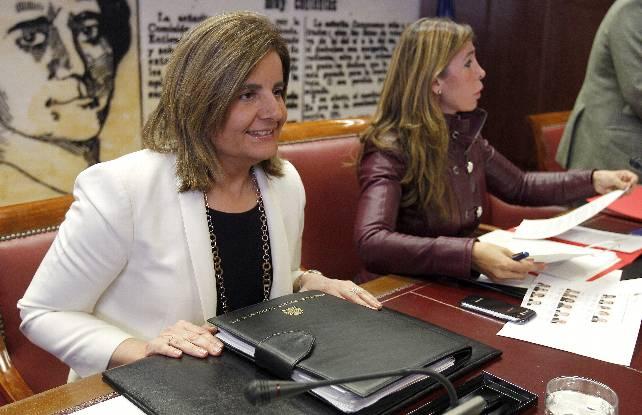 La ministra Fátima Báñez durante su comparecencia en el Senado, con la presidenta de la comisión de Empleo, Alicia Sánchez Camacho.