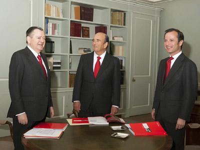 El presidente del banco Santande, Emilio Botín, junto a Javier Marín Romano, que será el sustituto de Alfredo Sáenz.