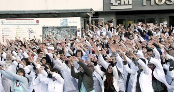 Los médicos del hospital La Paz, en una concentración contra la privatización celebrada a las puertas del centro.