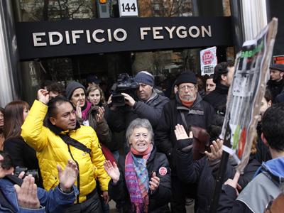 Activistas antidesahucios y vecinos de Mónica se concetran en la puerta del edificio para impedir su desalojo.