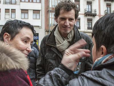 Los dirigentes de Sortu Jone Goirizelaia (izq) y Niko Moreno (centro) participan en la manifestación celebrada hoy en Bilbao.