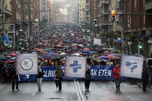Miles de personas piden en Bilbao un cambio en la política con los presos de ETA