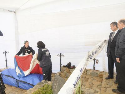 El juez chileno, Mario Carroza, asiste a la exhumación de los restos de Pablo Neruda. REUTERS