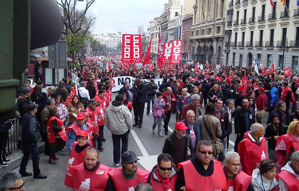 Cientos de trabajadores en la calle Alcalá de Madrid. Público