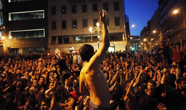 Cientos de manifestantes en asamblea.