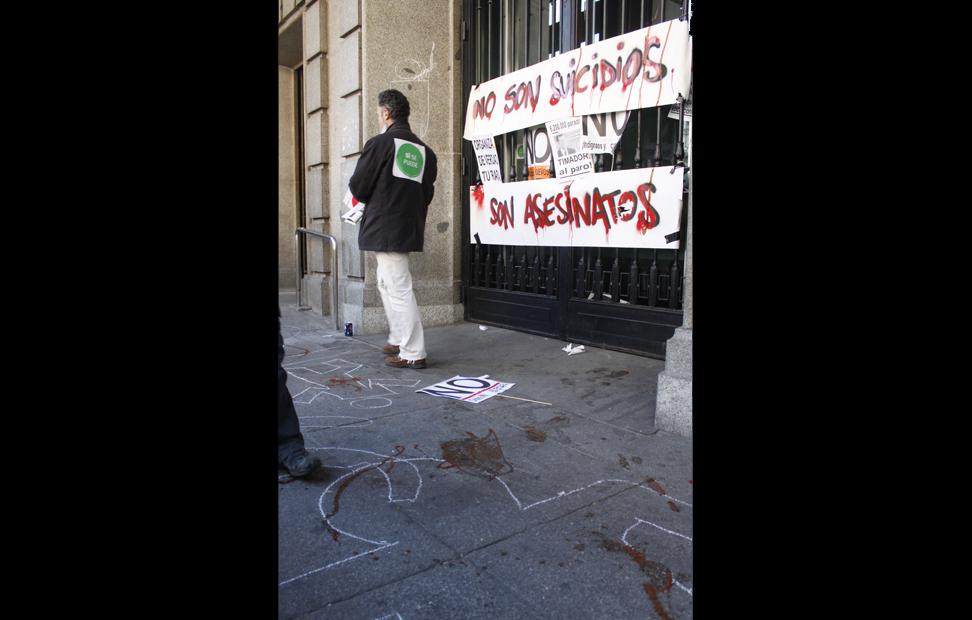 Activistas de la PAH dejaron su huella en una sucursal de Bankia.