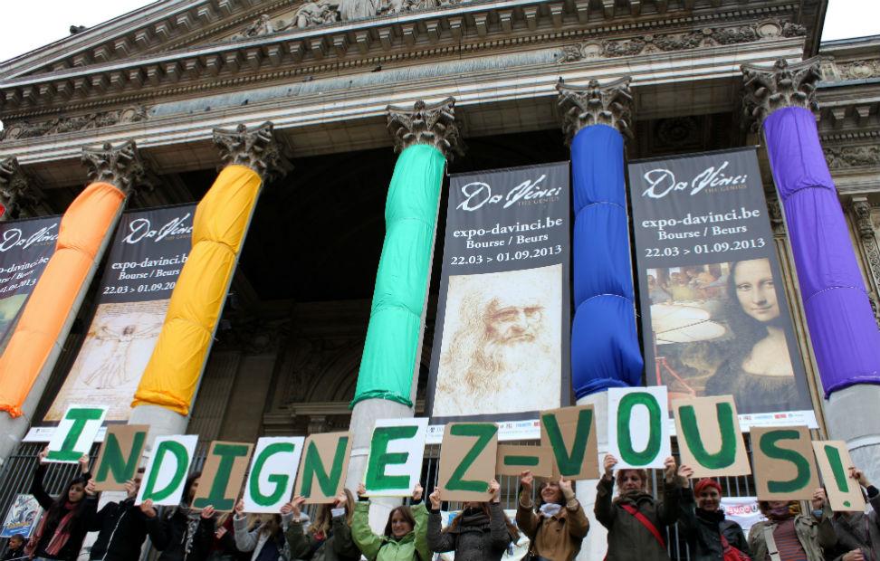 Manifestantes en Bruselas celebran el segundo aniversario del 15-M. MARÍA GONZÁLEZ RODRIGO