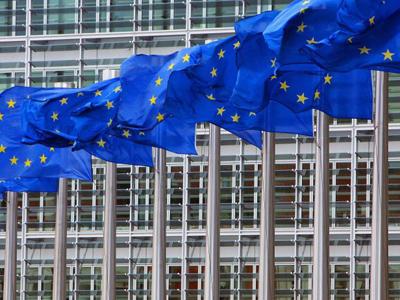 Banderas de la UE, delante de la sede de la Comisión Europea, en Bruselas.