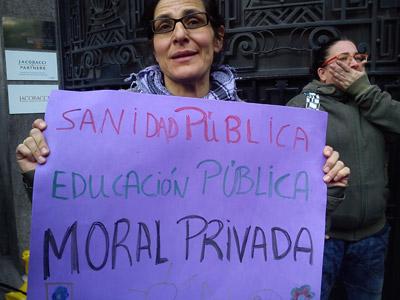 'Sanidad pública, educación pública, moral privada' es la pancarta que porta María Rengel, una madre de familia numerosa.