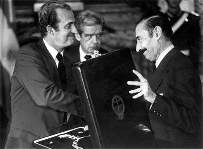 El exdictador argentino Jorge Rafael Videla con el rey Juan Carlos, en una imagen de archivo.