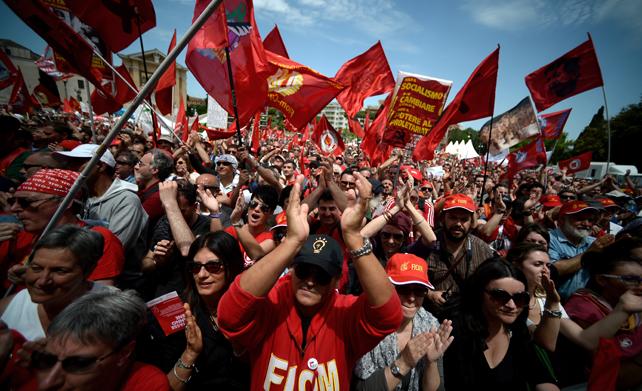 Los manifestantes claman en Roma durante la manifestación convocada por los sindicatos del metal.