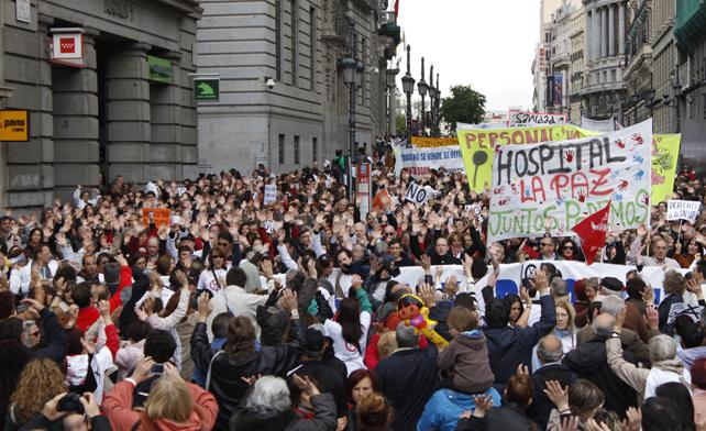 Miles de personas llegan a la Puerta del Sol en la décima protesta contra la privatización de la sanidad madrileña.