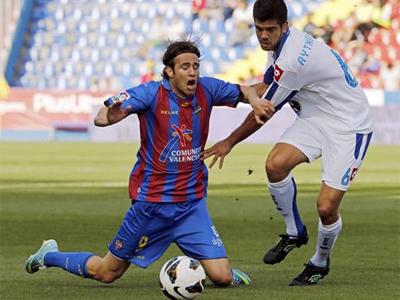 Un momento del partido entre Levate y Deportivo. EFE