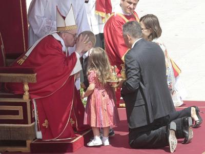 El papa Francisco besa a un niño durante la celebración de la misa de Pentecostés en la plaza de San Pedro.