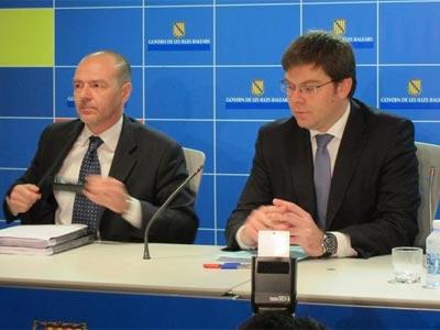 El conseller de Salud, Martí Sansaloni, acompañado por el director general del Servicio de Salud, Miquel Tomás. EP