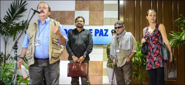 El comandante de las Farc, Andrés París, acompañado de su equipo negociador en La Habana.- AFP