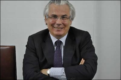 Baltasar Garzón posa después de la entrevista.