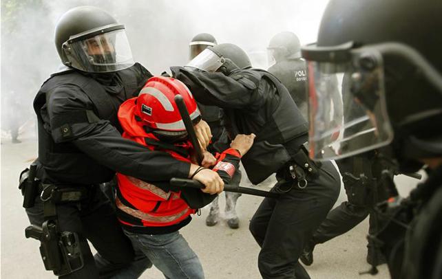 Un bombero es detenido por mossos d'esquadra durante los incidentes que se produjeron ante el Parlament de Catalunya al finalizar la manifestación.