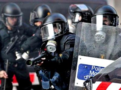 Un mosso dispara una pelota de goma durante los enfrentamientos de Barcelona el 29-M.- Alberto Estévez (EFE)