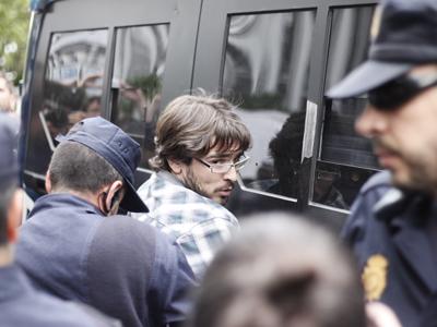 Momento de la detención de uno de los manifestantes congregados en la sede del banco malo.